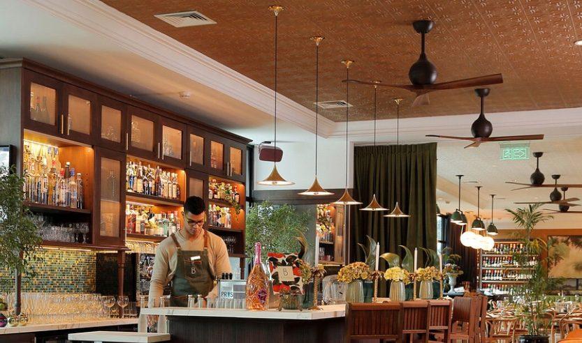 ventilateur de plafond dans un restaurant avec un style design et des pales en bois haut de gamme avec moteur dc ultra silencieux