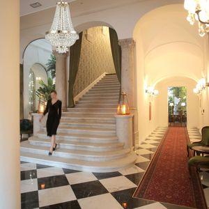 lustre or escalier hotel